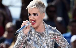"""Katy Perry muda letra de """"Swish Swish"""" em busca de reconciliação"""