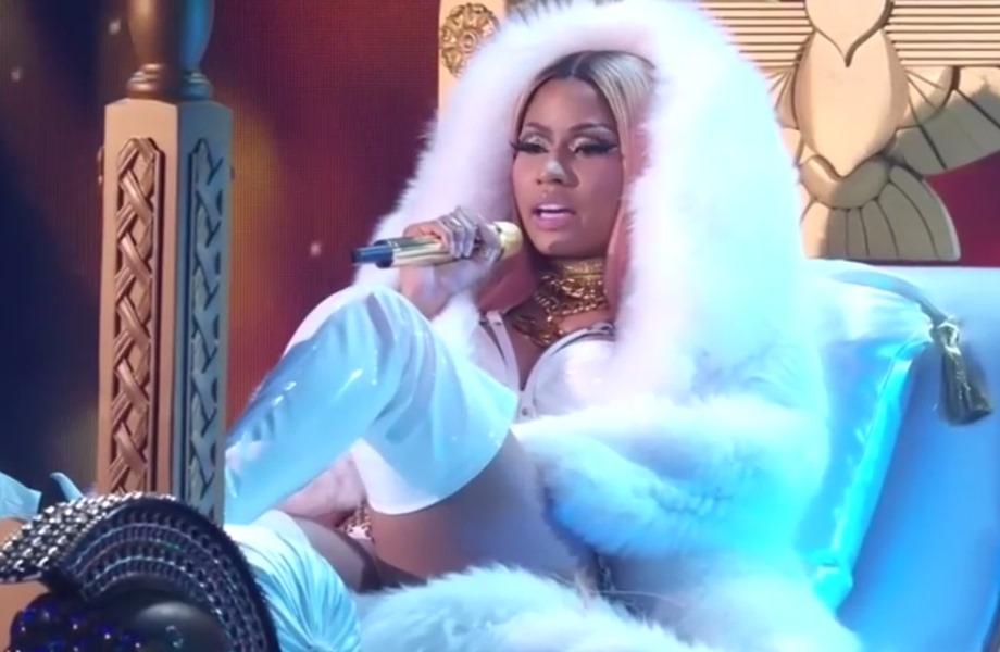 Nicki minaj en vivo tanga hilo dental