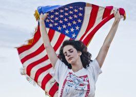 Lana Del Rey não aparecerá mais com bandeira dos EUA por causa de Trump