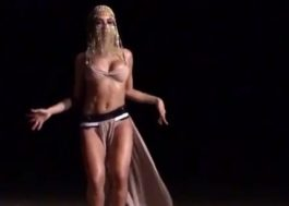 """Anitta tá morrendo de medo do bote da cobra no clipe de """"Sua Cara""""! Hahaha!"""