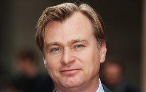 """Christopher Nolan reclama da estratégia da Netflix para filmes: """"Sem sentido"""""""