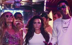 """Demi conta que Paris Hilton prendeu o cabelo em ventilador no clipe de """"Sorry Not Sorry"""""""