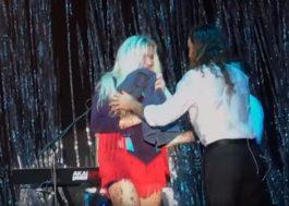 """Kesha chora durante apresentação ao vivo de """"Woman"""""""