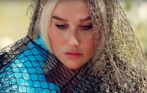 "Kesha libera novo single e clipe reflexivo; assista a ""Praying"""