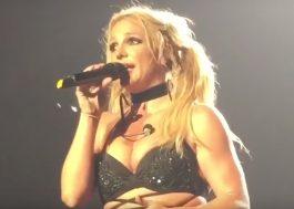 """Britney Spears tira sarro da mídia e faz cover ao vivo: """"Parece ilegal ter esse microfone na minha mão"""""""