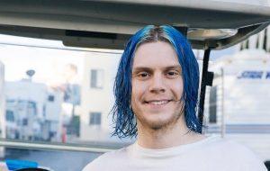 """American Horror Story: Cult"" revela alguns personagens + Evan Peters de cabelo azul"