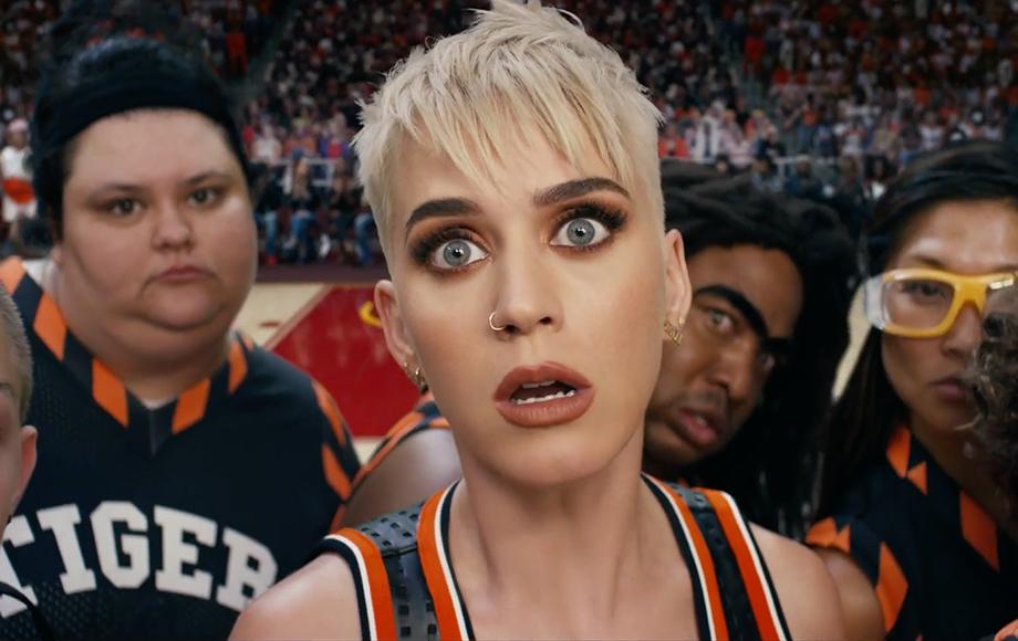 Katy Perry é uma fracassada do basquete pagando mico no ... кэти перри Swish Swish
