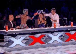 "Mel B joga água na cara de Simon Cowell e abandona ""America's Got Talent"" ao vivo"