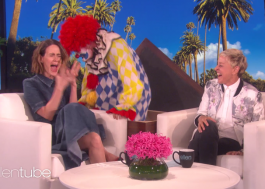 Sarah Paulson leva um baita susto com um palhaço no programa da Ellen DeGeneres