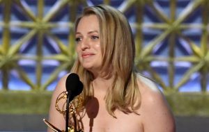 """Elisabeth Moss, de """"The Handmaid's Tale"""", é a melhor atriz de drama do Emmy!"""