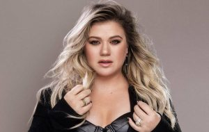 """Kelly Clarkson rebate críticos: """"Obcecados com meu peso"""""""