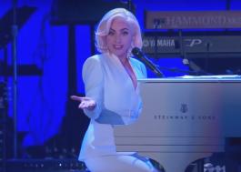 Lady Gaga se apresenta em evento beneficente e posa ao lado de ex-presidentes dos EUA