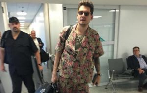 John Mayer está no Brasil! Veja fotos e vídeos da chegada do cantor