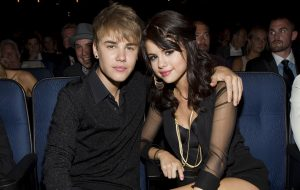 Selena Gomez e Justin Bieber são vistos em igreja e casa do cantor