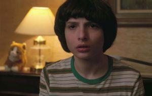 """Cena de """"Stranger Things"""" mostra Eleven aparecendo para Mike"""