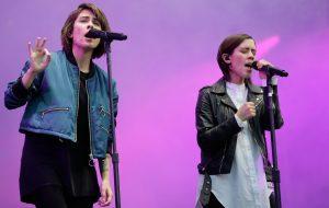 "Tegan and Sara convidam Hayley Williams, Cyndi Lauper e mais para cantar músicas do ""The Con"""