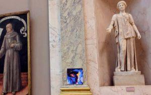 Fãs de Lorde estão pendurando disco obra-prima da cantora no Louvre