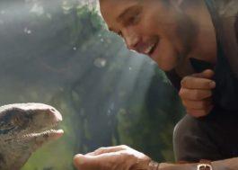 """Chris Pratt sendo fofo com um bebê dinossauro na primeira cena do novo """"Jurassic Park"""""""