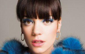 """Lily Allen relembra entrevista desconfortável em que James Corden """"deu em cima"""" dela"""