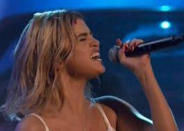 """Selena Gomez volta aos palcos para apresentar """"Wolves"""" no AMA 2017"""