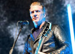 Josh Homme, do Queens of the Stone Age, pede desculpas por chutar fotógrafa na cara em show