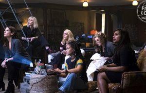 """""""Ocean's 8"""": toma essa foto com as poderosas Rihanna, Sandra Bullock, Cate Blanchett e mais!"""