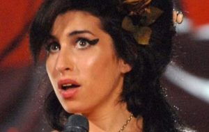 Você lembra do Grammy de 2008? Dica: Amy Winehouse arrasou!