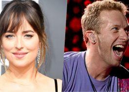 """Dakota Johnson, de """"Cinquenta Tons"""", e Chris Martin, do Coldplay, são vistos bem juntinhos em praia"""