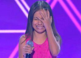 """""""The Voice Kids"""": Esta garotinha ficou tão emocionada que precisou da ajuda da plateia e dos jurados para cantar"""