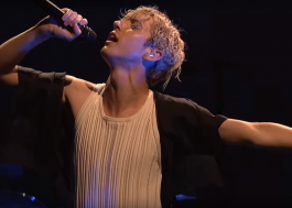 "Troye Sivan arrasa e sensualiza cantando ""My My My!"" e ""The Good Side"" no ""SNL"""