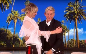 Ellen DeGeneres chora ao receber presente da esposa Portia de Rossi