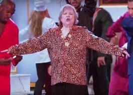 """Kathy Bates arrasa até dublando Bruno Mars no """"Lip Sync Battle""""; veja prévia"""
