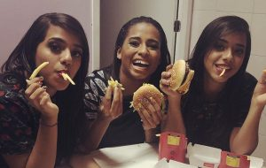 Que fofa! MC Loma agradece fãs por ter conhecido Anitta e comido no McDonald's