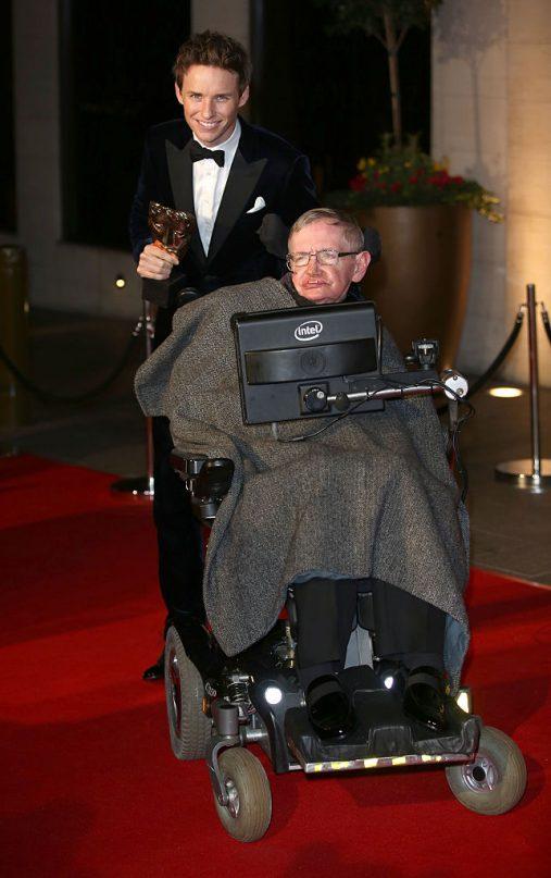 """Eddie Redmayne lamenta morte de Stephen Hawking: """"Perdemos uma verdadeira mente brilhante"""""""
