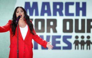 Demi, Gaga, Miley e muitos outros artistas participam de marcha contra as armas nos EUA