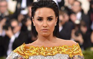 """Demi Lovato conta que uma """"celebridade vadia"""" a fez ir embora do Met Gala 2016"""