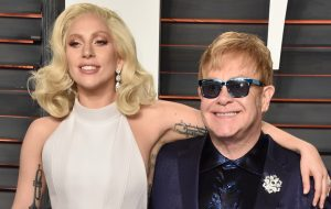 Lady Gaga, Florence + The Machine, Demi Lovato e mais farão covers de Elton John para CD