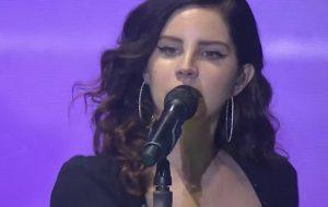 Lana Del Rey dá selinho em fã e encanta o Lollapalooza em show repleto de hits