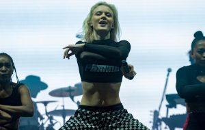 Zara Larsson anima o Lollapalooza Brasil e homenageia Marielle Franco mais uma vez