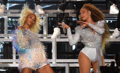 Bey e Solange caem no palco
