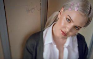 "Anne-Marie lança clipe do single ""2002"" com homenagens à Britney, *NSYNC e JAY-Z"