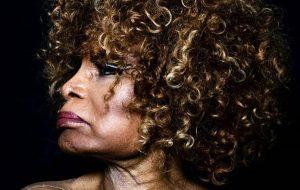 """Vem ouvir """"Deus há de ser"""", o novo single da deusa Elza Soares!"""