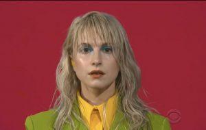 """Paramore fez um pouco mais além de performar """"Rose-Colored Boy"""" no programa do Stephen Colbert"""