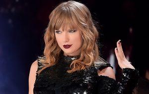 Taylor Swift manda recadinho para Kim Kardashian no primeiro show da nova turnê