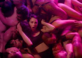 """St. Vincent se joga no meio dos boys no clipe todo sensual de """"Fast Slow Disco"""""""