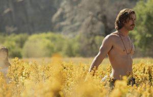 """Saiu o primeiro trailer de """"Maus Momentos no Hotel Royale"""", com Chris Hemsworth e Dakota Johnson"""