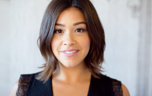 Rainha solidária, Gina Rodriguez financia estudos de estudante latina em situação ilegal