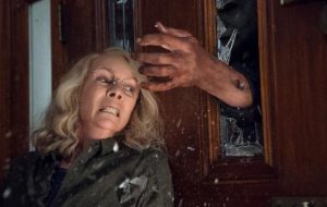 """Laurie Strode é aterrorizada de novo por Michael Myers nas primeiras fotos do novo """"Halloween"""""""