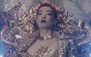Quer conhecer uma cantora nova? Vem ver o clipe da Rina Sawayama