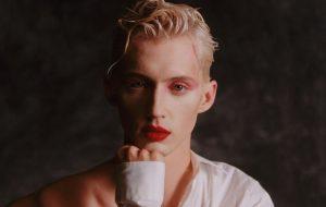 """Troye Sivan sobre ser um popstar homem: """"é muita pressão para ser macho e isso é um tédio"""""""